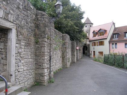 Stadtmauer in Heidingsfeld; im Hintergrund der Stegenturm