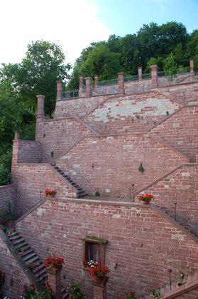 Treppenanlagen aus Buntsandstein im Ronkarzgarten in Gemünden am Main