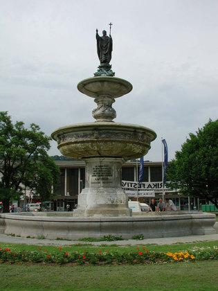 Kiliansbrunnen am Bahnhofsvorplatz in Würzburg vor der Sanierung