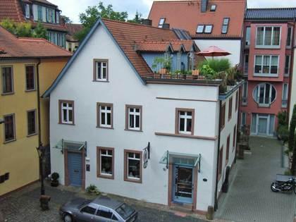Außenansicht des Anwesens Rathausgasse 10 mit Anbau eines Bildhauerateliers in Aschaffenburg