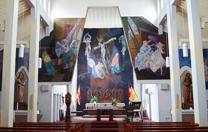 Sicht auf die expressionistischen Wandfresken hinter dem Altar der Pfarrkirche St. Petrus und Paulus in Karlstein-Dettingen