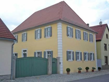 Außenansicht des ehemaligen Pfarrhauses in Kleinlangheim