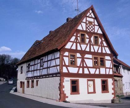 Außenansicht des Aschenbaus in Euerbach-Obbach