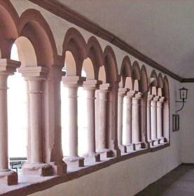 Innenansicht des Paradieses der Stiftskirche Sankt Peter und Alexander in Aschaffenburg