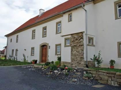 Vorderansicht des ehemaligen Pfarrhauses in der Gemeinde Münnerstadt-Wermerichshausen