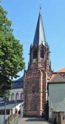 Außenansicht der Stiftsbasilika Sankt Peter und Alexander in Aschaffenburg