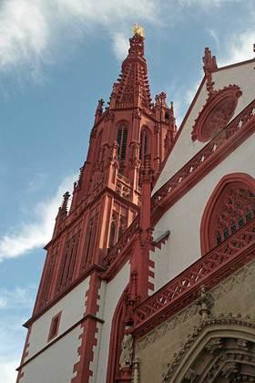 Sicht auf den Turm der Marienkapelle in Würzburg