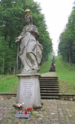 Sicht auf die barocke Treppenanlage zur Wallfahrtskirche Maria Ehrenberg in Wildflecken