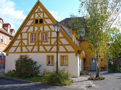 Außenansicht der ehemaligen Synagoge und des Vorsängerhauses in Willanzheim-Hüttenheim
