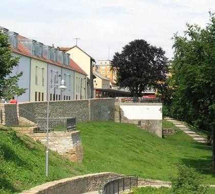 Sicht auf die östliche Stadtbefestigung mit den Resten des Weißen Turmes und Wiesenhüterturmes in Schweinfurt