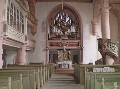 Sicht auf den Altar der Stadtkirche Sankt Michael in Ostheim vor der Rhön