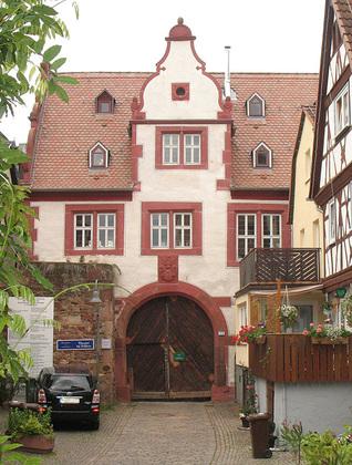 Außenansicht des Torhauses am ehemaligen Stadtschloss in Klingenberg am Main