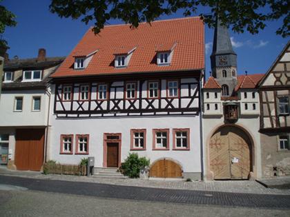 Außenansicht des Anwesens Salzgasse 5 in Münnerstadt, das als Heimatspielhausensemble bekannt ist