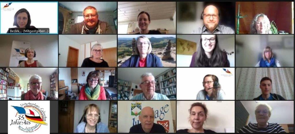 Screenshot einer Videokonferenz mit vielen Personen.
