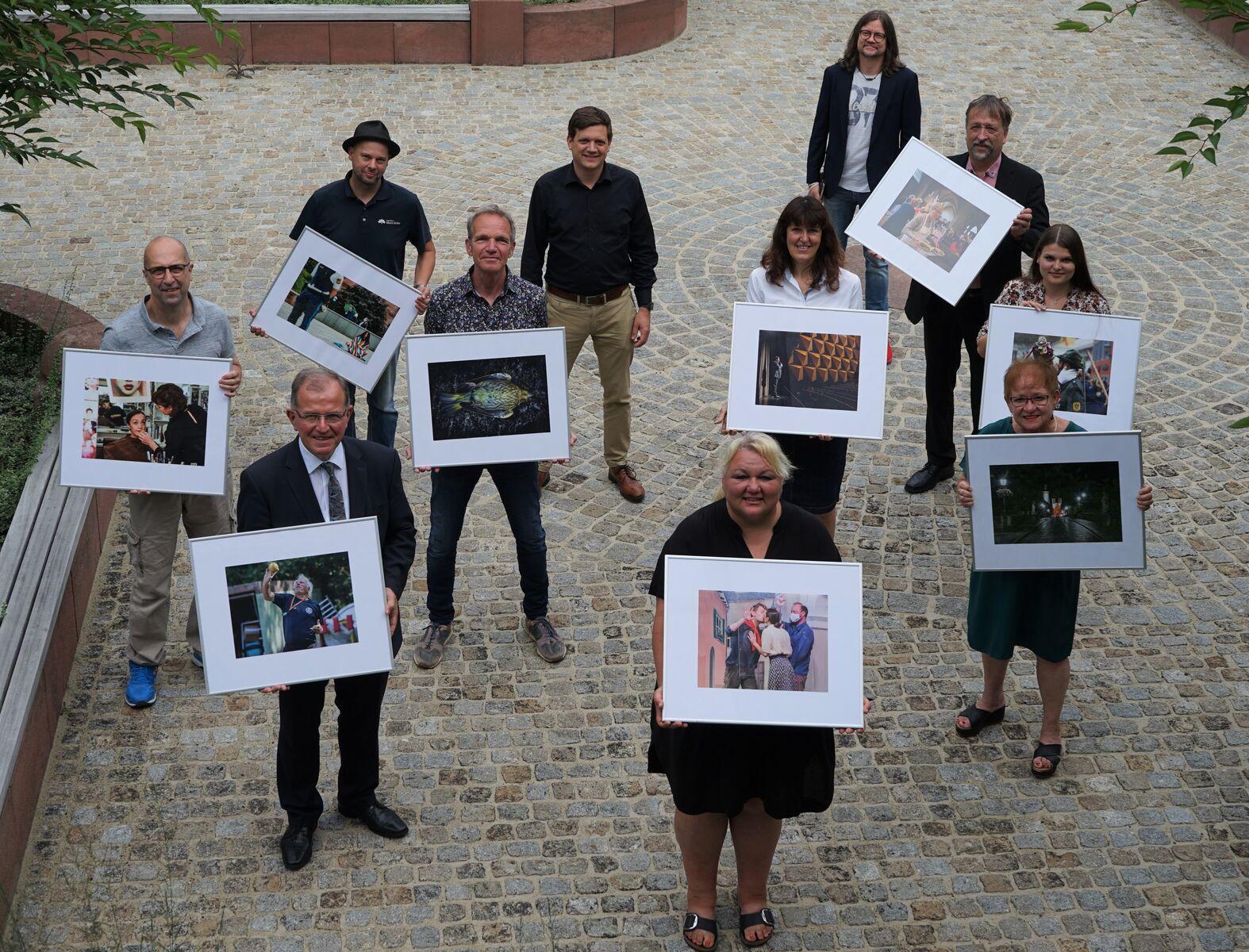 Die Gewinner des Wettbewerbs zeigen stolz ihre Bilder