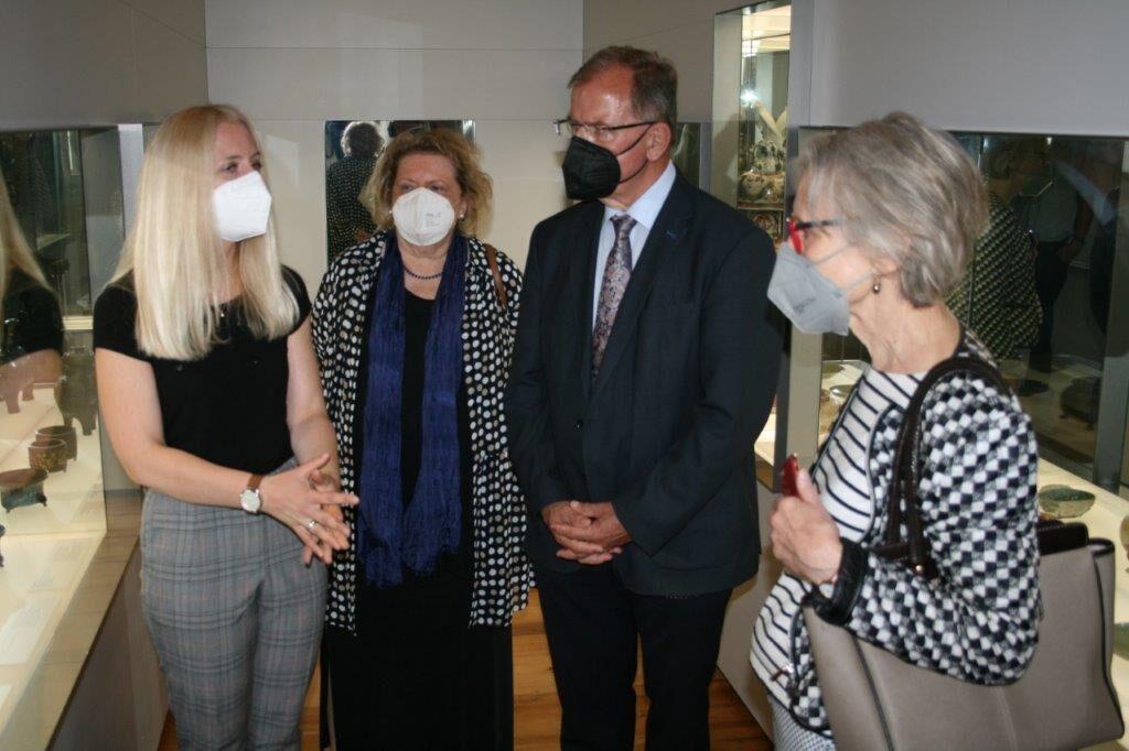 Vier Personen im Gespräch in einem Museum