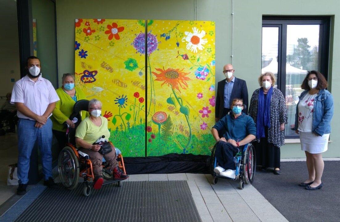 Sieben Personen vor einem Gemälde