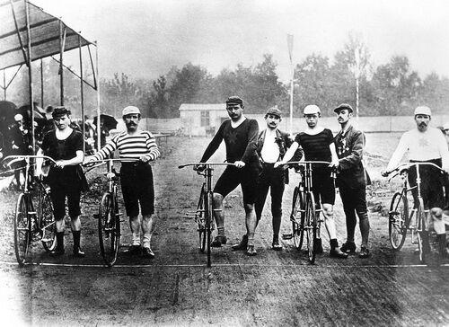 Historische Abbildung von Radrennfahrern auf einer Bahn.