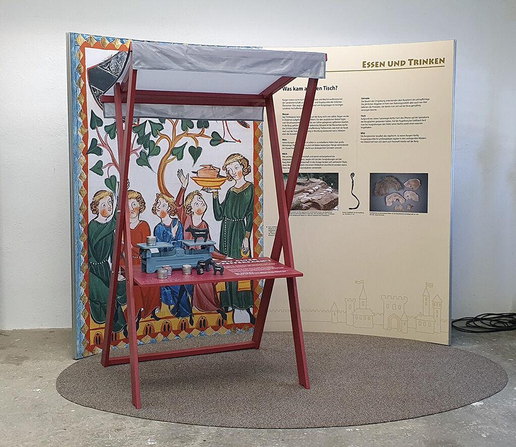 Ausstellungsinsel mit Marktstand und Waage.