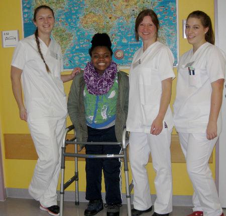 Albina-mit-Gesundheitspflegerinnen