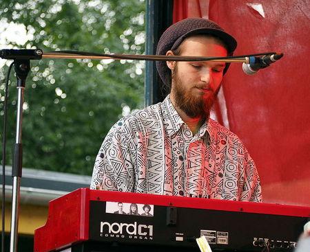 Nik Jira von der Band GOOD GOD Organ Trio an seiner Orgel